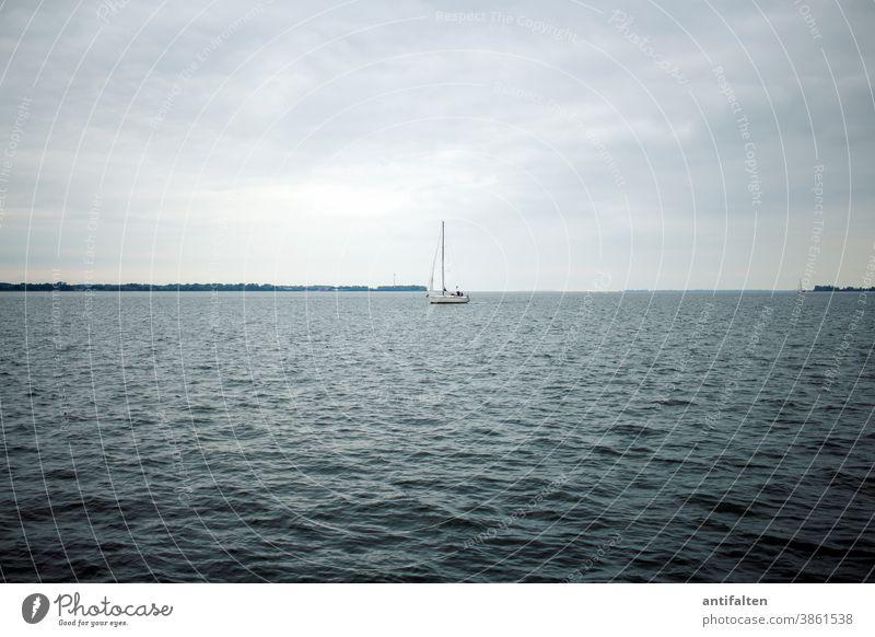 Raus aufs Meer Stralsund Ostsee Strelasund Mecklenburg-Vorpommern vorpommern Wellen Wasser Segelboot Segeln Skyline Horizont Himmel Wind Wolken bedeckt