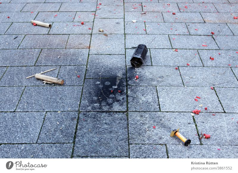die reste von silvester neujahr feuerwerk dreck müll knaller raketen böller feuerwerkskörper abgebrannt verbrannt neujahrstag neujahrsmorgen überbleibsel