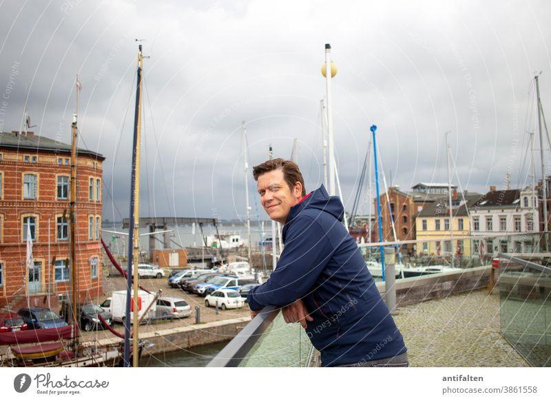 Stra(h)lsund Mann Boote Hafen Stralsund Ostsee ostseeküste Mecklenburg-Vorpommern Meer Ferien & Urlaub & Reisen Natur Tourismus Außenaufnahme Himmel Farbfoto