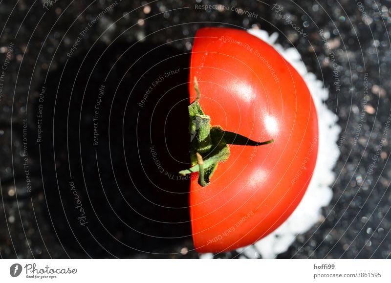 halbe Tomate Gemüse frisch Halbprofil rot Schnittfläche angeschnitten schnittfläche Lebensmittel Gesundheit Ernährung minimalistisch