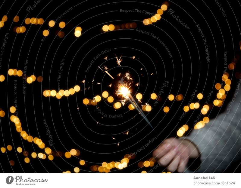 Brennende Wunderkerze mit festlichem Bokeh-Hintergrund für Neujahrs- und Weihnachtskonzept, Platz für Text Vorabend Feuerwerk Flamme Lichtschein blitzen Spaß