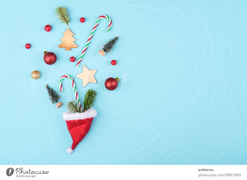 Fröhliche Weihnachten.weihnachten.konzepthintergrund.weihnachtsmann hut mit weihnachtsschmuck Weihnachtsbaum Hintergrund Heiligabend Textfreiraum Feier abstrakt