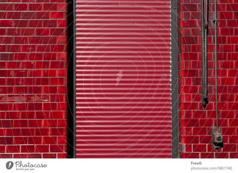 konform | in rot Wand Gebäude Haus Fassade Fassadenverkleidung Klinker Tür Jalousie Rollladen Schutz geschlossen Menschenleer Linien und Formen Rechtecke
