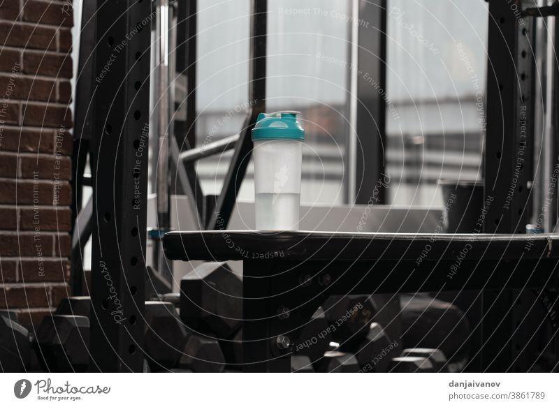 Molkenprotein-Shaker. Sport-Bodybuilding-Ergänzungen oder Ernährung. Konzept für Fitness oder gesunde Lebensweise Athlet sportlich attraktiv schön Flasche