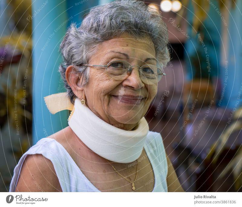 Hausgemachte Halskrause Gesundheitswesen Brille Therapie Verletzung der Halswirbelsäule Kragen geduldig Porträt Rentnerin in den Ruhestand getreten älter