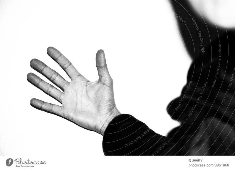 Offene Hand gegen eine Wand mit hohem Kontrast in Schwarz-Weiß Finger Handfläche Gewalt menschlich schwarz auf weiß gestikulieren Symbole & Metaphern Wut Arme