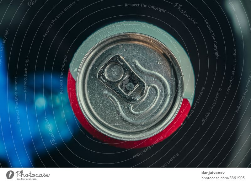Aluminiumdose. Oberer Teil einer Bierdose. Ansicht von oben Alkohol Hintergrund schwarz Dose Nahaufnahme kalt Container trinken leer vereinzelt Makro Metall