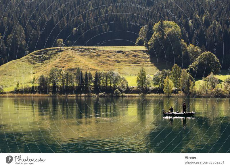 Stille See Einsamkeit ruhig grün Wald Wasser Landschaft Reflexion & Spiegelung Gebirgssee natürlich einfach Hügel Freiheit Almwiese Wiese Boot Fischerboot Angel