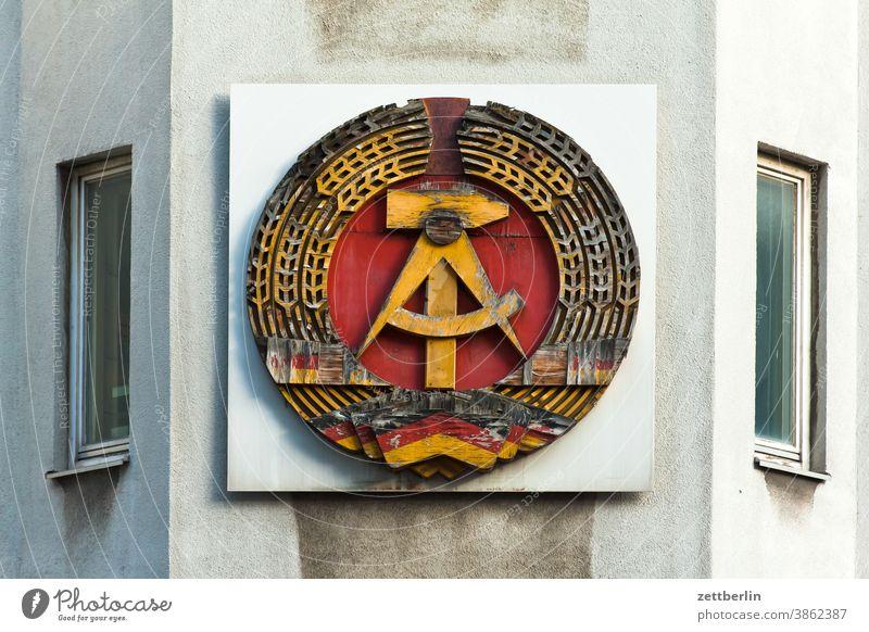 DDR-Wappen, bestehend aus Hammer, Zirkel, Ährenkranz architektur Berlin Großstadt deutschland ehrenkranz Fernsehturm froschperspektive Hauptstadt Haus hochhaus