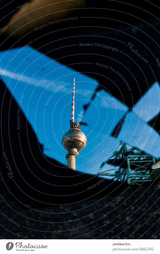 Spiegelbild vom Fernsehturm alex alexanderplatz architektur berlin büro city deutschland fernsehturm froschperspektive hauptstadt haus himmel hochhaus