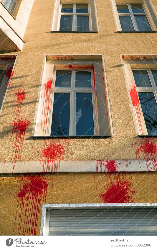 Rote Farbbeutel farbe farbfleck farbbeutel klecks farbklecks vandalismus meinungsäußerung schlechte laune angriff kommunikation haus wohnhaus fassade fenster