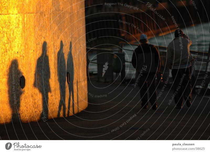vier oder zwei Wand Sonnenuntergang Spaziergang gehen Stadt Zusammensein Freundschaft Einfluss unsichtbar 2 4 Verkehr 4 Menschen zwei Personen Sonne. Promenade