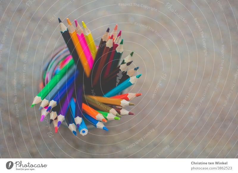 Leuchtende Buntstifte stehen in einem Glas. Draufsicht, neutraler Hintergrund, viel Platz für Text mehrfarbig Farbe Fröhlichkeit Stifte Inspiration farbenfroh
