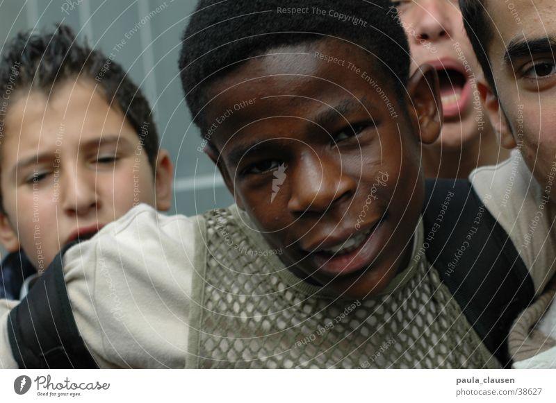 Düsseldorfer Jungs Mensch Kind Jugendliche schwarz dunkel Junge Menschengruppe Aktion durcheinander Clique Ungeduld Gerangel