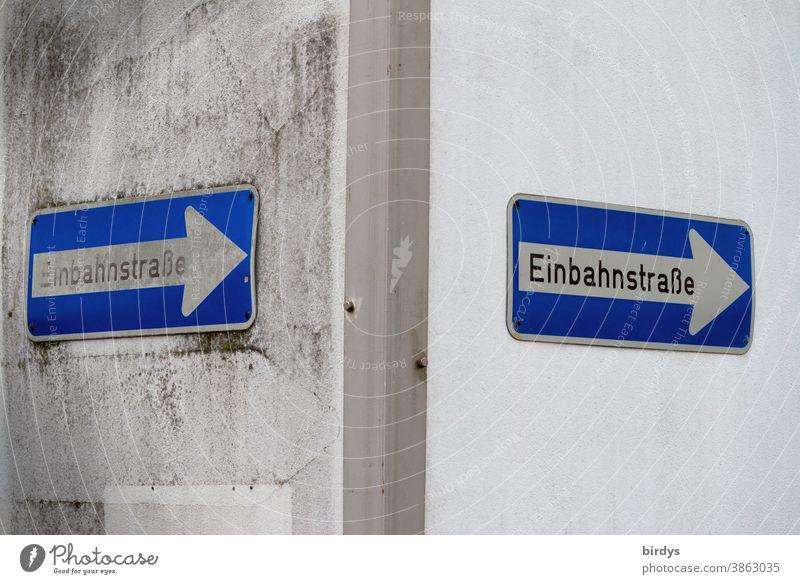 Einbahnstraßenschilder an einer Hausecke. Einbahnstraße Schilder & Markierungen Verkehrsschild 2 richtungsweisend symbolisch nach rechts Pfeil Richtung