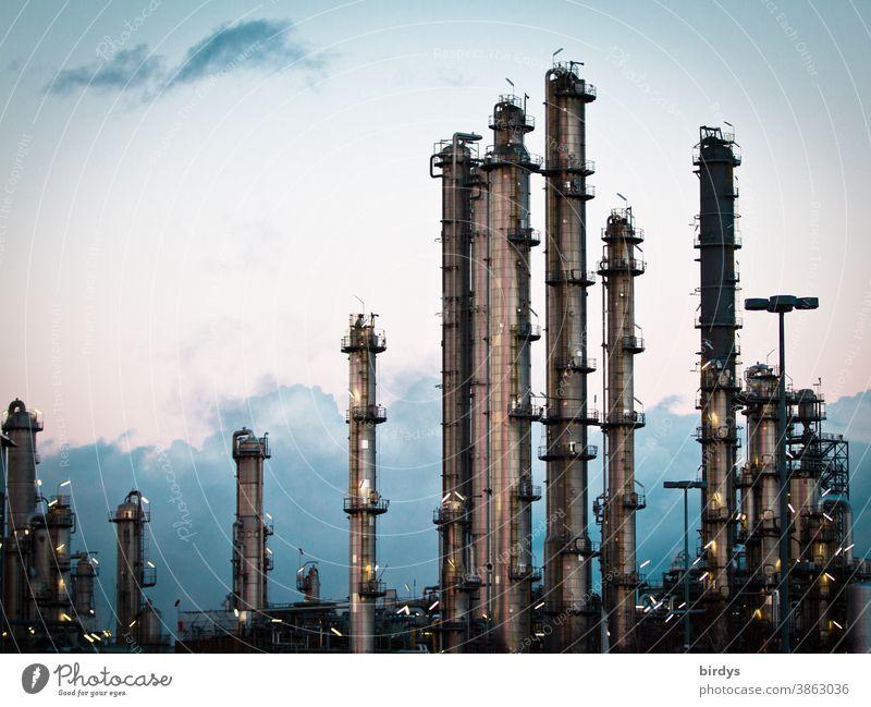 Chemieindustrie, Industrieanlage mit Rohren und Schornsteinen aus Metall. Lichter , Abend Fabrik Industriefotografie Wolken beleuchtet Wirtschaft Chemiestandort