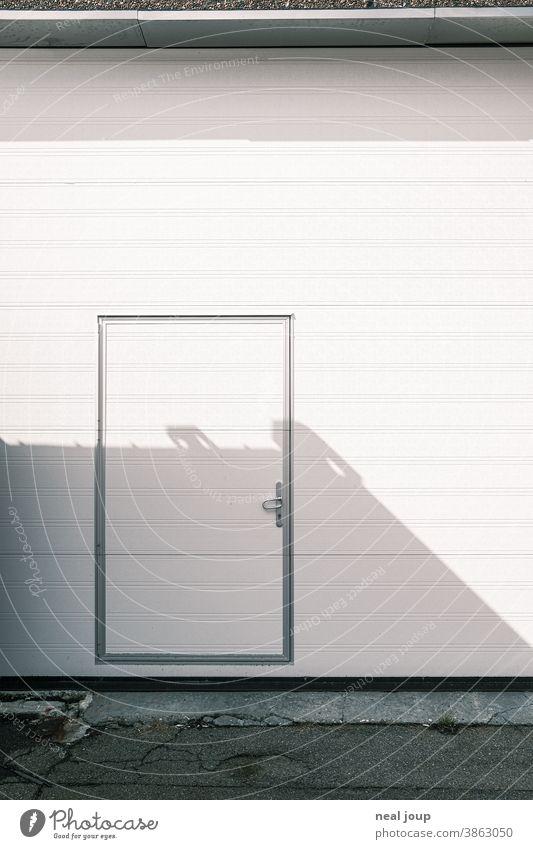 Fassade einer Lagerhalle - Rolltor Gebäude Tür Eingang geschlossen Wand Industrie Hafen trist Mauer außen abweisend Wirtschaft Industriefotografie