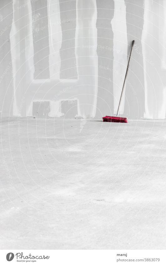 Straßenbesen mit roten Borsten, macht Wochenende auf der Baustelle. Gipswände sind frisch gespachtelt und der Estrichboden ausgehärtet Gipskartonwand Wand Mauer