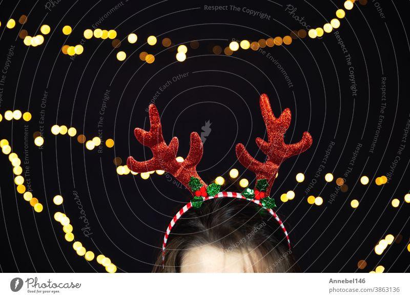 Rentierhörner des Weihnachtsmanns, Geweih mit funkelndem Bokeh Weihnachtshintergrund buntes fröhliches Design zum Fest Weihnachten Tracht weiß vereinzelt Party