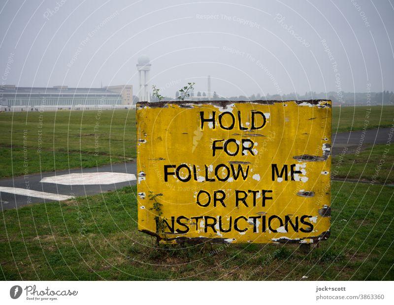 Folge mir nach Anweisung im Nebel Flughafen Tempelhofes Feld Tempelhofer Freiheit Schilder & Markierungen Zahn der Zeit Panorama (Aussicht) neblig Ferne