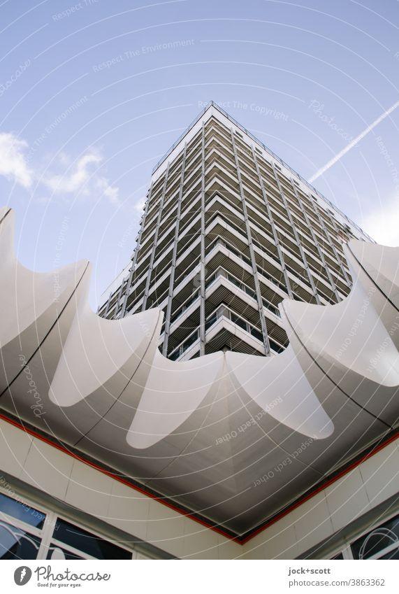 Architektur mit Ecken und Kanten DDR Berlin-Mitte Hochhaus Fassade eckig hoch retro Strukturen & Formen Stadtzentrum Symmetrie Froschperspektive Ostalgie