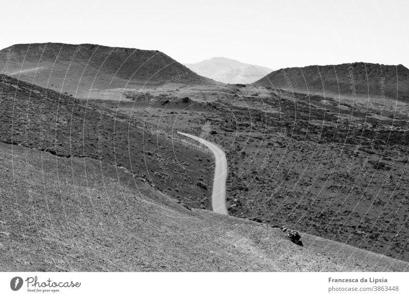 Vulkanlandschaft auf Lanzarote Landschaft Schwarzweißfoto Außenaufnahme Ferien & Urlaub & Reisen Menschenleer Insel Berge u. Gebirge Natur Ferne