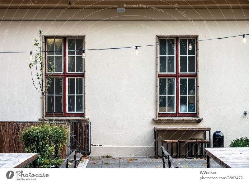 Sonst ein beliebter Ort zum Schlemmen und Tanzen Gebäude Fenster Lichterkette Garten Terrasse Gartendeko draußen sitzen Speisen Lokal Gastronomie Location