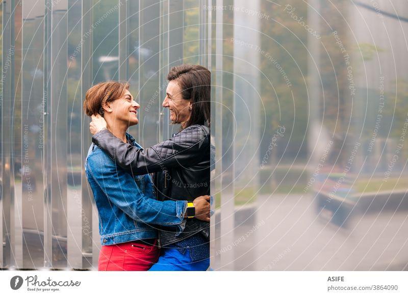 Lesbisches Paar mittleren Alters in einem intimen Moment lesbisch lgbtq schwul mittleres Alter 40 50 umarmend Beteiligung Umarmen Lächeln Homosexualität Frauen