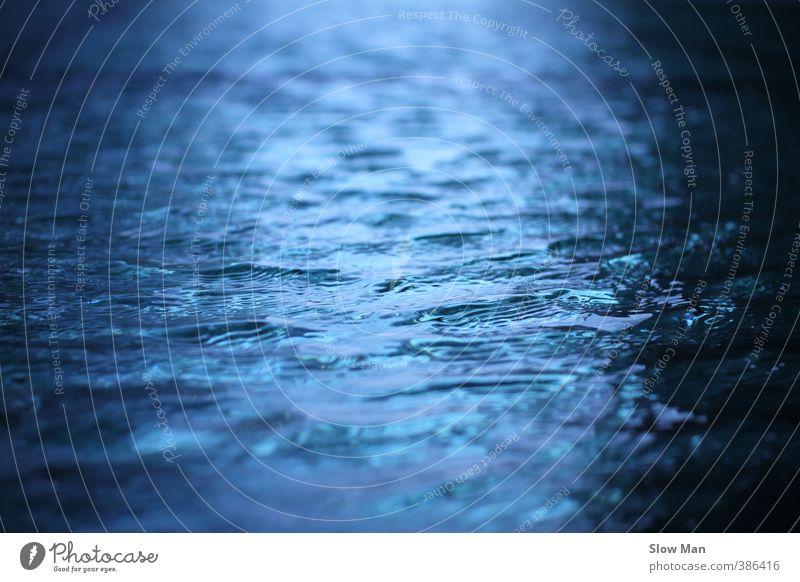 blaues wunder - blue water Meer Wellen Teich Freiheit Regen Unwetter Überschwemmung Farbfoto Außenaufnahme Textfreiraum links Textfreiraum rechts