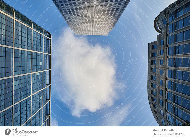 Himmelsfotografie mit Wolkenkratzern Großstadt Büro Architektur Gebäude modern Business Turm urban Stadtzentrum hoch Skyline Stadtbild blau Ansicht finanziell