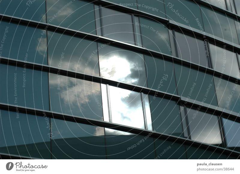 Wolken im Fenster Haus Architektur Glas Hafen Düsseldorf Bürogebäude