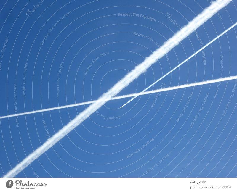 himmlische Kreuzung... Kondensstreifen Flugzeug Flugverkehr Himmel blauer Himmel Kontrast Luftverkehr fliegen Wolken Ferien & Urlaub & Reisen Schönes Wetter