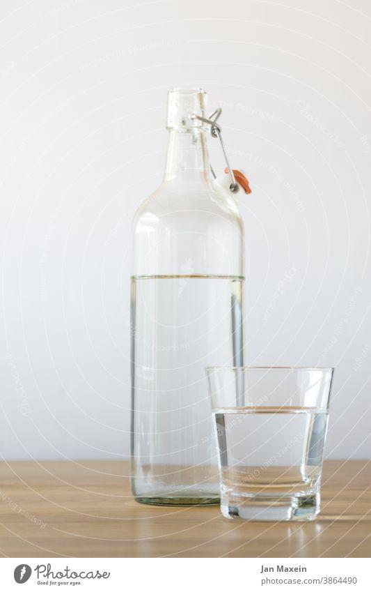Wasser Heimarbeitsplatz Büro Pause Wasseroberfläche Wasserspiegelung Wasserhahn trinken Trinkwasser Trinkgefäß Trinkglas Trinkflasche Trinkbecher