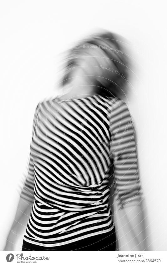 Frau am Durchdrehen in gestreift und schwarz-weiß durchdrehen Angst Panik Chaos Verzweiflung Trauer allein Gefühle hilflos coronakrise Schwarzweißfoto Unschärfe