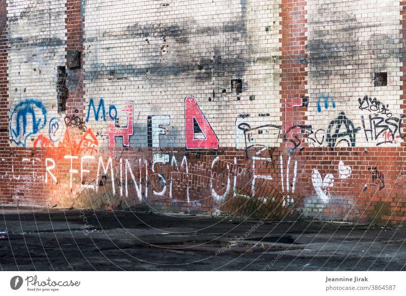 Feminismus Olé auf Backstein - mein 100. Foto - Olé Schrift Buchstaben Wand Graffit Graffiti Menschenleer Farbfoto Fassade femininity Mauer Typographie Text