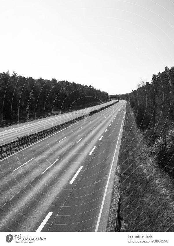 Autobahn A9 im Lockdown Verkehrswege Autofahren Straßenverkehr Sperrung Schwarzweißfoto Außenaufnahme Ruhe Klimaschutz Menschenleer stumm
