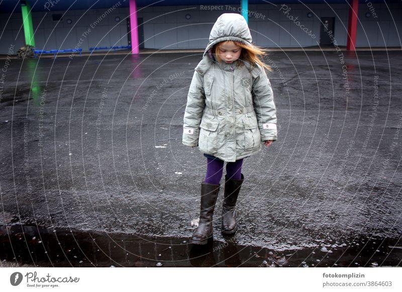Kind steht allein auf einem Schulhof Mädchen Kindheit Mensch Kindererziehung Schule Schulkind auf eigene Faust selbstständig Leben leer Einsamkeit einsam