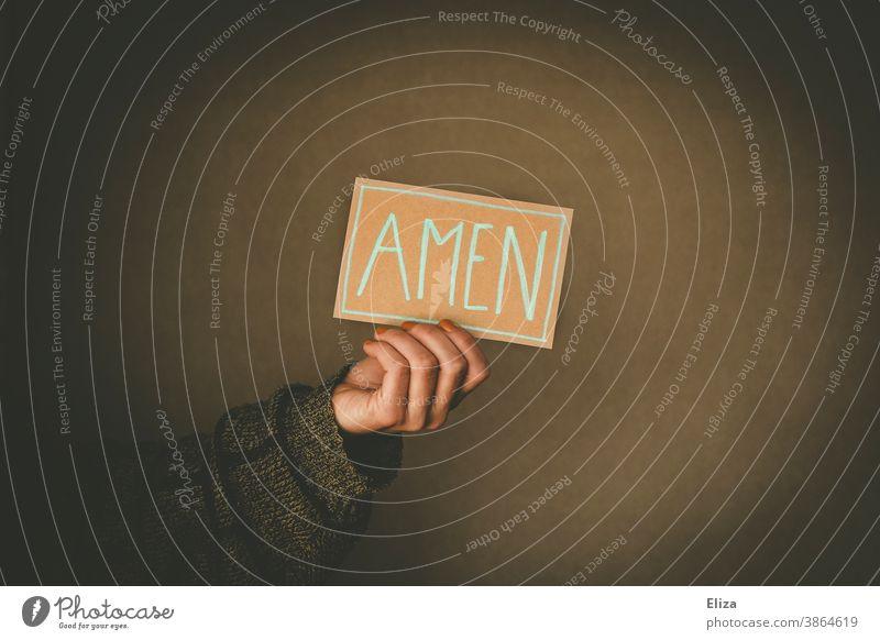Person hält ein Schild mit der Aufschrift Amen Kirche Herz Gebet beten Religion & Glaube Christentum Judentum betend Liebe glauben heilig Gottesdienst kirchlich