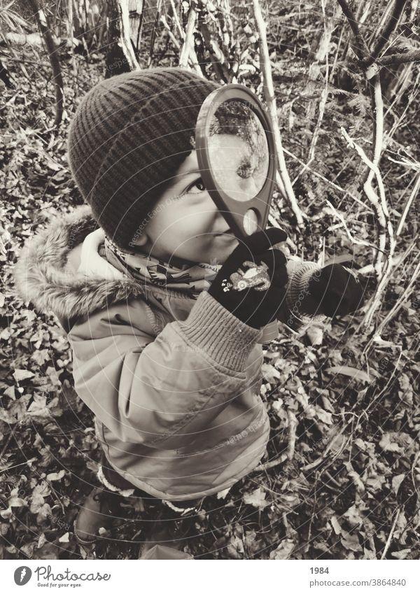 Kind entdeckt die Welt mit der Lupe #Kindheit Unbeschwertheit Freude Spielen Außenaufnahme Fröhlichkeit Glück 3-8 Jahre entdecken