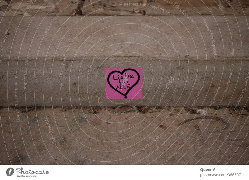 Rosa Aufkleber mit Herz, in einer Treppe auf der Straße geklebt Straßenkunst Streetart Liebe Kunst Kunstwerk Graffiti Schriftzeichen Kreativität Zeichen
