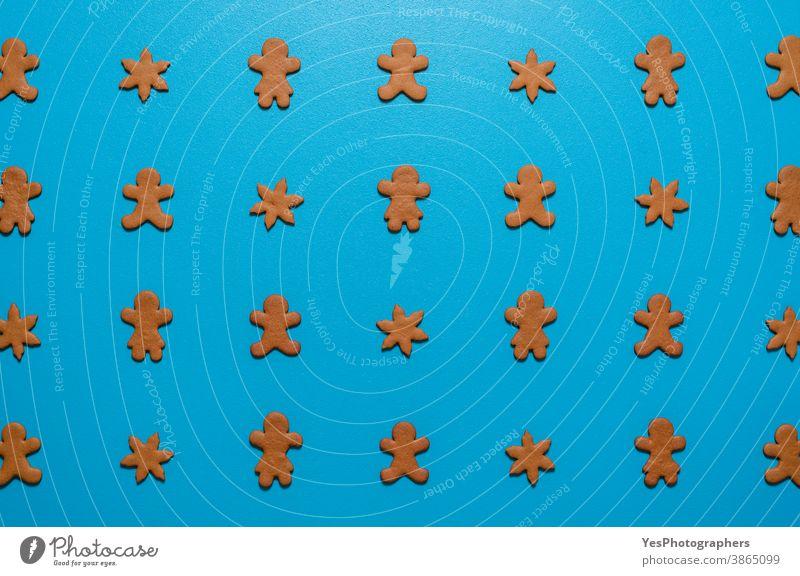 Lebkuchenplätzchen liegen flach auf blauem Hintergrund. Kekse symmetrisch auf dem Tisch angeordnet. obere Ansicht Blauer Hintergrund Feier Weihnachten Cookies