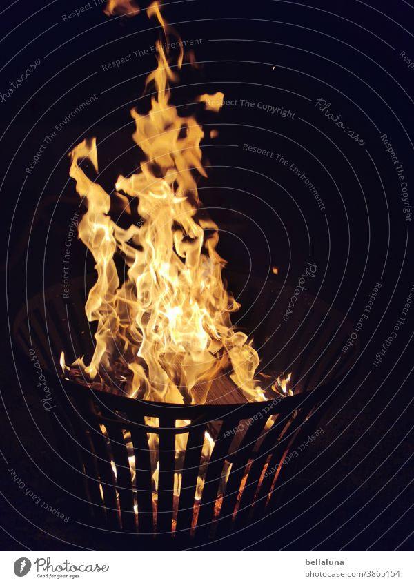 noch ein Feuer heiß brennen Flamme Wärme Farbfoto Menschenleer Nacht Feuerstelle Brand orange gelb dunkel schwarz Außenaufnahme Licht gefährlich hell bedrohlich