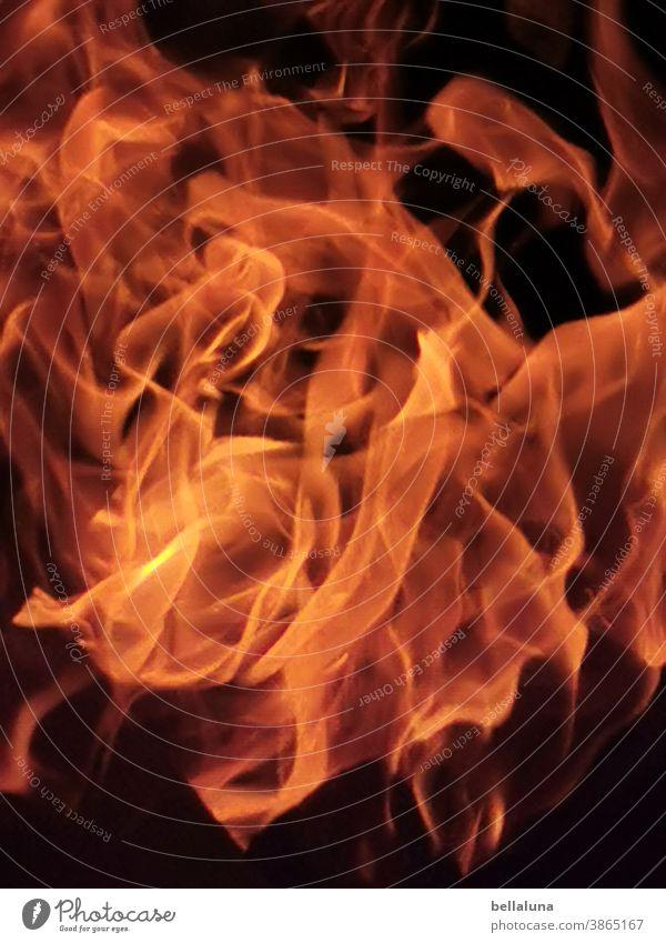 Feuer heiß brennen Flamme Wärme Farbfoto Menschenleer Nacht Feuerstelle Brand orange gelb dunkel schwarz Außenaufnahme Licht gefährlich hell bedrohlich feurig