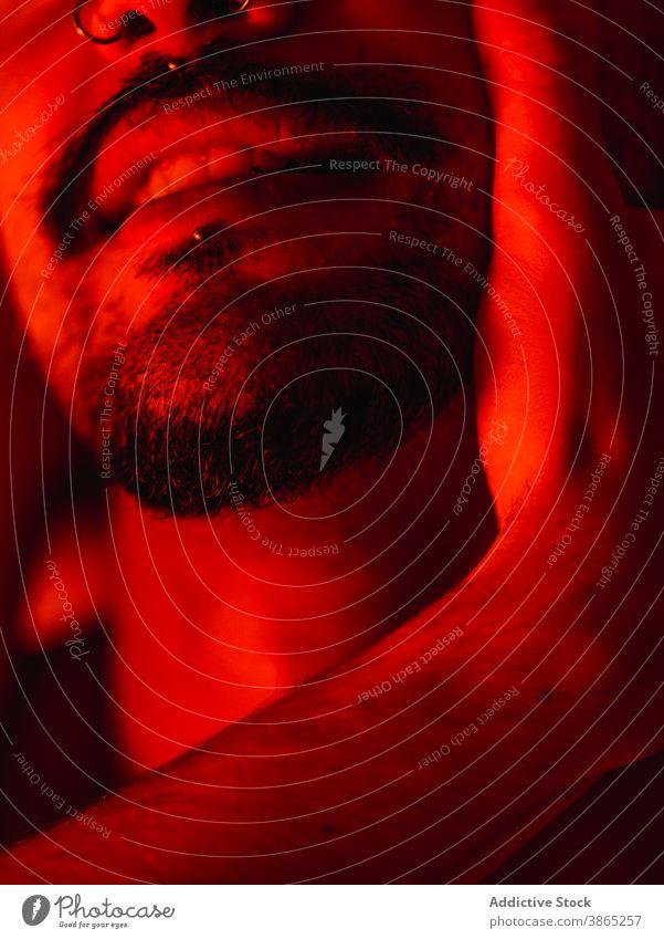 Schwules Paar bei intimem Moment im Rotlicht Homosexualität schwul itim Liebe Leidenschaft Männer romantisch rot Bett Partnerschaft lgbt ethnisch männlich