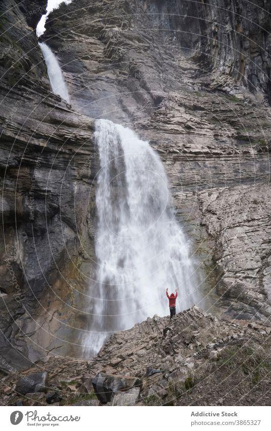 Mann in majestätischem Wasserfall in bergigem Gebiet Berge u. Gebirge Pyrenäen fließen Landschaft Hochland malerisch Hügel Felsen Ordesa-Tal Spanien felsig