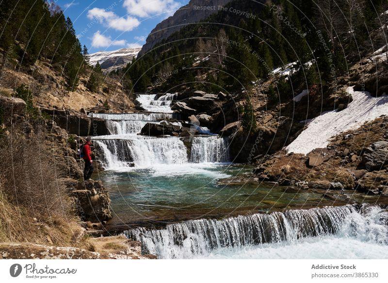 Reisende in der Nähe Kaskade Wasserfall in den Bergen Reisender bewundern Landschaft erstaunlich Berge u. Gebirge Hochland Gelände Pyrenäen Ordesa-Tal Spanien