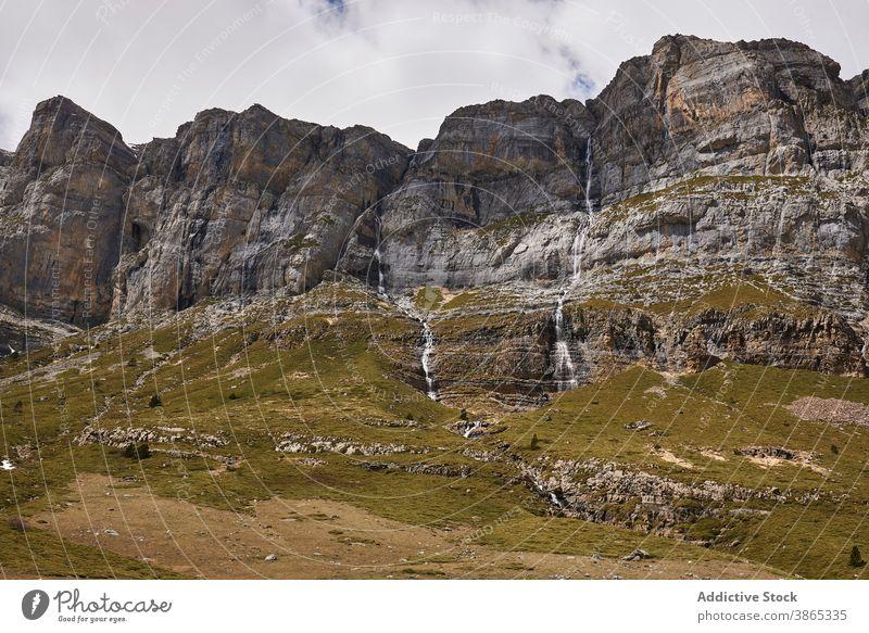 Magnificent Landschaft der Berge auf bewölkten Tag Pyrenäen Berge u. Gebirge Ambitus wolkig Himmel Tal Natur wunderbar Ordesa-Tal Spanien Kamm malerisch