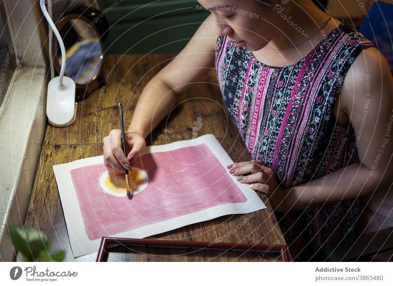 Crop Frau Malerei auf Leinwand Künstler Farbe Bürste Bild kreativ Pinselblume Anstreicher Kunstwerk Handwerkerin Atelier Pigment beschäftigt Design Hobby Arbeit