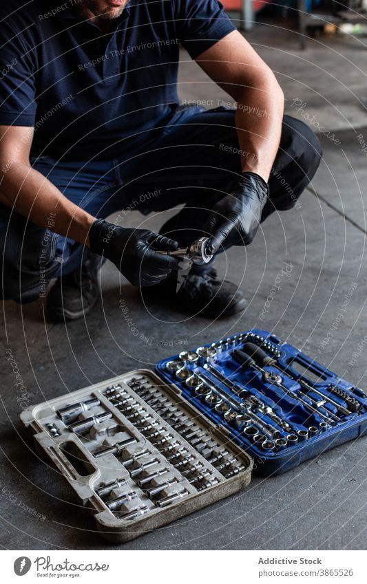 Crop-Mechaniker wählt Schraubenschlüssel-Bit aus Box Mann wählen Meissel Garage Arbeit professionell Kasten Bausatz Handschuh männlich Techniker Latex Werkzeug