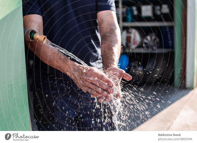 Mechaniker beim Händewaschen in der Werkstatt Arbeiter Hand Waschen Handwerker Wasser professionell Mann Sauberkeit Wasserhahn Dienst Reparatur Job Beruf Wehen